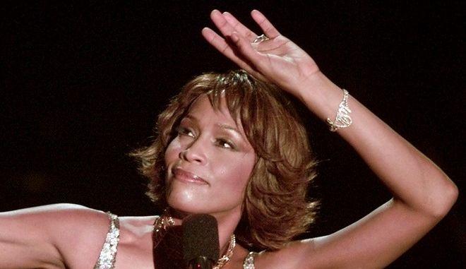 H Whitney Houston σε εμφάνισή της στο Λος Άντζελες τον Απρίλιο του 2000