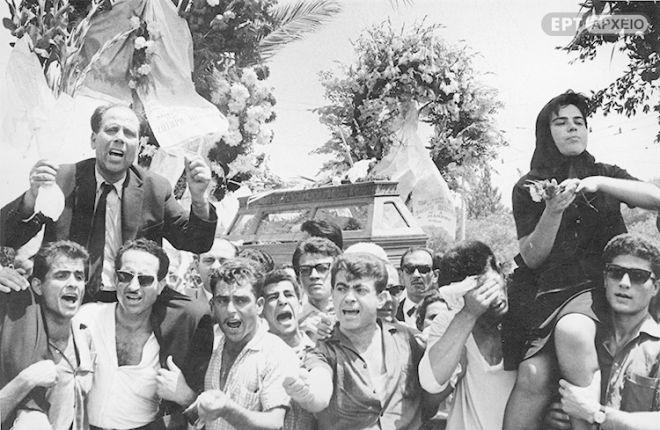 Οι γονείς του Σωτήρη Πέτρουλα στου ώμους των διαδηλωτών.