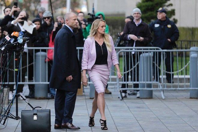 Η Stormy Daniels με το δικηγόρο της, στην έξοδο της από το δικαστήριο τον Απρίλιο του 2018. (AP Photo/Seth Wenig)