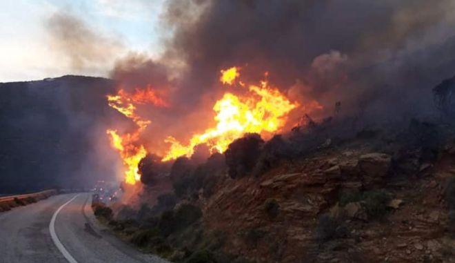 Φωτιά στην Άνδρο - Τραυματίστηκε πυροσβέστης, εκκενώθηκε χωριό και οικισμός
