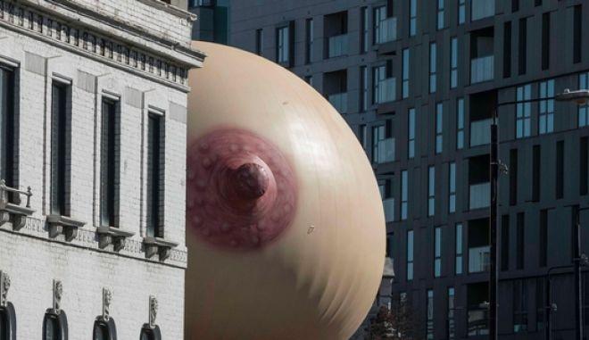 Φωτογραφίες: Ένας τεράστιος μαστός εμφανίστηκε σε ταράτσα στο Λονδίνο