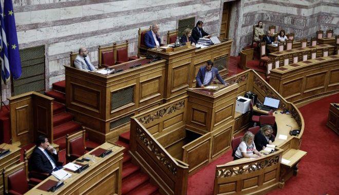 Ο Άδωνις Γεωργιάδης και ο Νικος Παππάς στην Βουλή