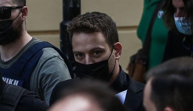 O Μπάμπης Αναγνωστόπουλος οδηγείται στον εισαγγελέα.