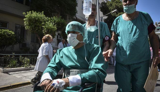 Tραυματιοφορέας στο Τζάνειο
