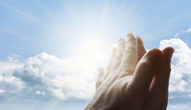 Χέρια σε θέση προσευχής προς τον ουρανό. Ένδειξη πίστης.