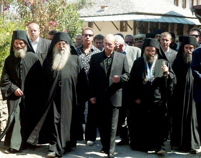ÅÐÉÓÊÅØÇ ÔÏÕ ÑÙÓÏÕ ÐÑÏÅÄÑÏÕ ÂËÁÍÔÉÌÉÑ ÐÏÕÔÉÍ ÓÔÏ ÁÃÉÏÍ ÏÑÏÓ. ÓÔÇ ÖÙÔÏ ÊÅÍÔÑÏ Ï ÑÙÓÏÓ ÐÑÏÅÄÑÏÓ ÂËÁÍÔÉÌÉÑ ÐÏÕÔÉÍ ÓÔÉÓ ÊÁÑÕÅÓ. Russian President Vladimir Putin walks with Greek Orthodox abbots in Karyes, administrative center of the Mount Athos monastic community in northernn Greece, during a visit on Friday, Sept. 9 2005. Putin arrived in Greece for a two-day visit on Thursday, Sept. 8, 2005. (AP Photo/Nikolas Giakoumidis)