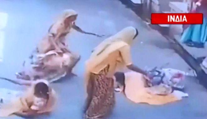 Ινδία: Ταύρος χτυπάει γυναίκα και της πέφτει το παιδί από τα χέρια