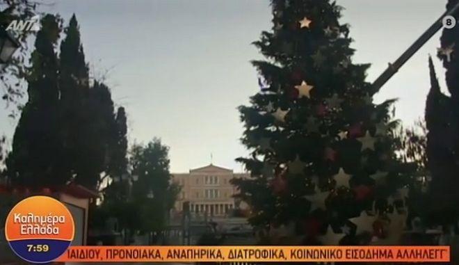 Χριστουγεννιάτικο δέντρο στο Σύνταγμα: Χθες φωταγωγήθηκε, σήμερα γέρνει