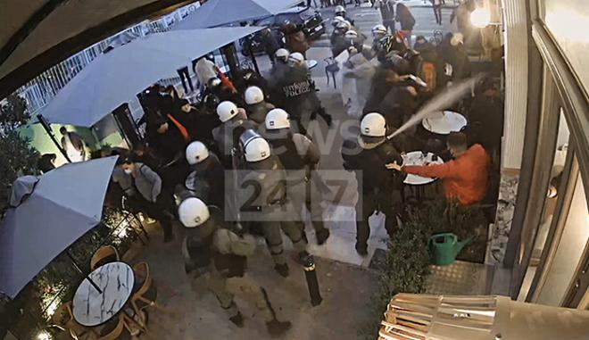 Η στιγμή της επίθεσης των αστυνομικών σε καφετέρια στο Γαλάτσι