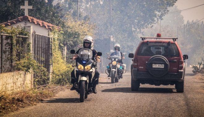 Πυροσβεστικό όχημα και μοτοσυκλετιστές της ΕΛΑΣ σε σε περιστατικό πυρκαγιάς