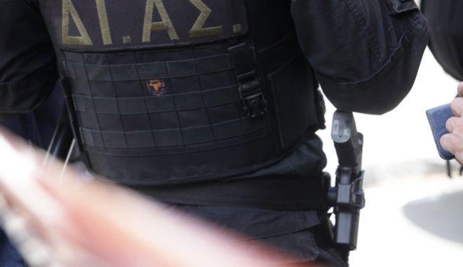 Αστυνομική επιχείρηση στην περιοχή στη συμβολή των οδών Μουσών και Θησέως στο Παλαιό Φάληρο την Δευτέρα 3 Απριλίου 2017. Οι άνδρες της αστυνομίας αναζητούν έναν από τους τέσσερις κακοποιούς, που νωρίτερα εισέβαλαν σε διαμέρισμα 8ου ορόφου σε πολυκατοικία. Οι δράστες ακινητοποίησαν την ηλικιωμένη ένοικο και αφού την έδεσαν και τη φίμωσαν της άρπαξαν αντικείμενα αξίας. Ο γιος της γυναίκας που μένει στον 9ο όροφο, μέσω κάμερας ασφαλείας αντιλήφθηκε ότι κάτι δεν πάει καλά και αμέσως ενημέρωσε την Άμεση Δράση. (EUROKINISSI/ΓΙΑΝΝΗΣ ΠΑΝΑΓΟΠΟΥΛΟΣ)