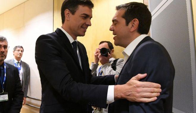 Ο πρωθυπουργός Αλέξης Τσίπρας με τον Ισπανό ομόλογο του Πέδρο Σάντσεθ κατά την προσέλευση στην άτυπη συνάντηση εργασίας της Ευρωπαϊκής Ενωσης για το προσφυγικό/μεταναστευτικό και το άσυλο.