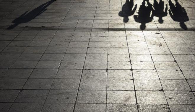 Σκιές ανθρώπων στο πλακόστρωτο από τον ήλιο στην πλατεία Συντάγματος