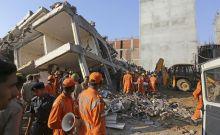 Διασώστες έξω από το κτίριο που κατέρρευσε κοντά στο Νέο Δελχί