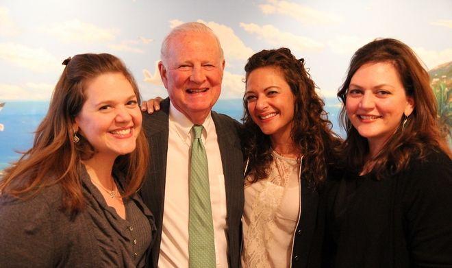 Ο Τζέιμς Μπέικερ σήμερα με τις τρεις κόρες της οικογένειας