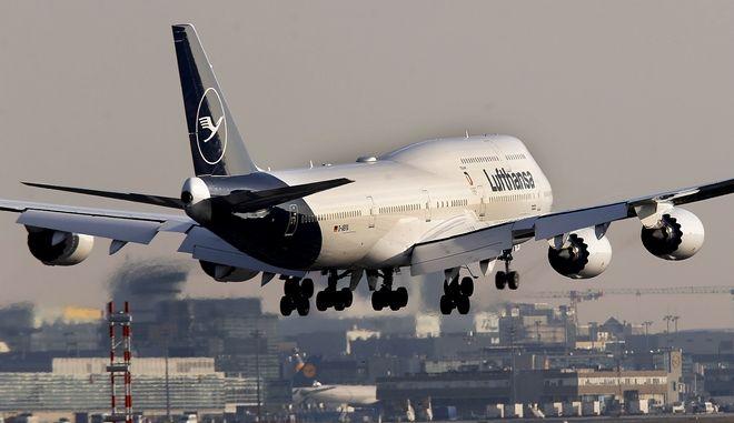 Boeing 747 της Γερμανικής Lufthansa κατά την προσγείωσή του στο αεροδρόμιο της Φρανφούρτης