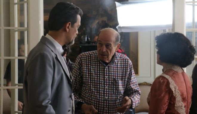 """Ο Μανούσος Μανουσάκης στα γυρίσματα της σειράς """"Το Κόκκινο Ποτάμι""""."""