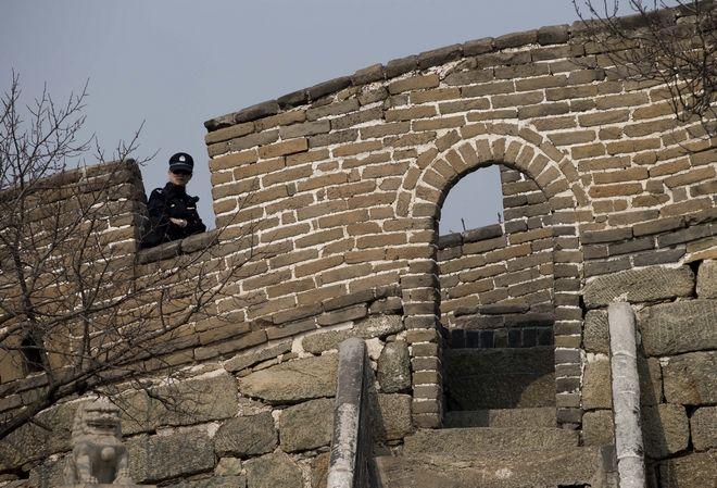 Κινέζος αστυνομικός σε φυλάκιο του Σινικού Τείχους