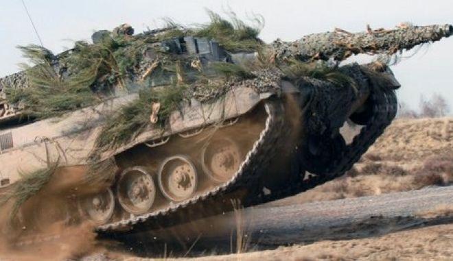 ARCHIV - Ein Kampfpanzer vom Typ Leopard 2 in voller Fahrt auf einem Testgelände (undatierte Aufnahme). Indonesien hat nun offiziell den Kauf von 100 Leopard-2-Kampfpanzern in Deutschland beantragt. Das Parlament habe das Geschäft bereits gebilligt, sagte ein Sprecher des Verteidigungsministeriums am Freitag (24.08.2012) in Jakarta. Es werde aber noch über den Preis für die gebrauchten Panzer verhandelt. Foto: KMW dpa (ACHTUNG: Veröffentlichung nur mit Angabe der Quelle Krauss-Maffei Wegmann) (zu dpa 1204 vom 24.08.2012)  +++(c) dpa - Bildfunk+++