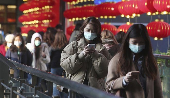 Άνθρωποι φορούν μάσκες προσώπου και περπατούν σε εμπορικό κέντρο στην Ταϊπέι της Ταϊβάν την Παρασκευή 31 Ιανουαρίου 2020