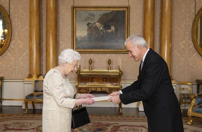 Η Βασίλισσα Ελισάβετ και ο Ανδρέας Κακούρης στο παλάτι του Μπάκιγχαμ