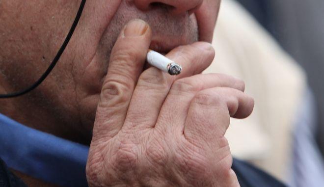 Άνδρας καπνίζει τσιγάρο