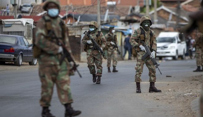 Στρατός της Νότιας Αφρικής σε περιπολία για παραβάτες των μέτρων για τον κορονοϊό