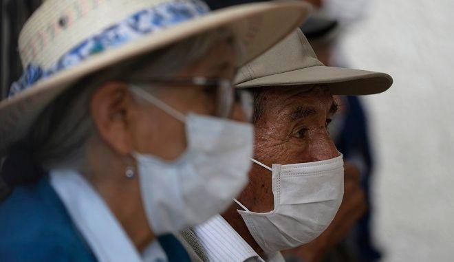 Πολίτες με μάσκες στο Περού