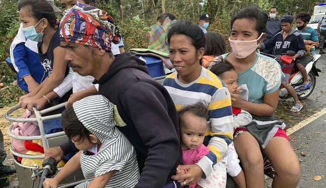 Κάτοικοι απομακρύνονται από τις εστίες τους στις Φιλιππίνες λόγω του τυφώνα Μολάβε