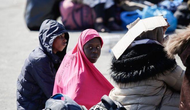Μετανάστες στο λιμάνι της Μυτιλήνης