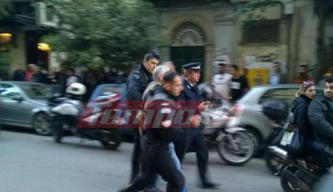Οδηγός επιτέθηκε σε αστυνομικούς στην Πάτρα αφότου του αφαίρεσαν τις πινακίδες για παράνομη στάθμευση