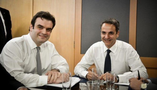 Ο Κυριάκος Μητσοτάκης και ο Κυριάκος Πιερρακάκης, κατά την επίσκεψη του πρωθυπουργού στο υπουργείο Ψηφιακής Πολιτικής.