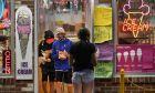 Νέοι στη Νέα Υόρκη φορούν μάσκα για τον κορονοϊό