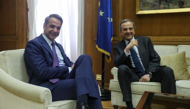 Στιγμιότυπο από τη συνάντηση του Πρωθυπουργού Κυριάκου Μητσοτάκη με τον πρώην Πρωθυπουργό Αντώνη Σαμαρά