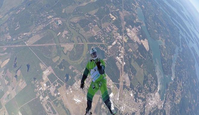 Βίντεο: Πήδησε στο κενό από ύψος 7,6 χλμ χωρίς αλεξίπτωτο