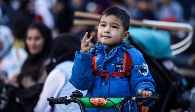 Τα μέτρα της κυβέρνησης στο μεταναστευτικό/προσφυγικό ζήτημα έχουν προκαλέσει αντιδράσεις. Στη φωτογραφία μικρός πρόσφυγας κατά την άφιξη προσφύγων και μεταναστών στον Πειραιά