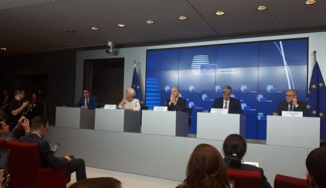 """Συμφωνία στο Eurogroup: Δέκα χρόνια επιμήκυνση και 24 δισ. """"μαξιλάρι"""""""