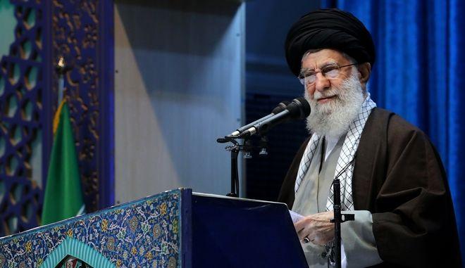 Ο Ανώτατος ηγέτης Αγιατολάχ Αλί Χαμενέι παραδίδει το κήρυγμά του στο Μεγάλο Τζαμί Ιμάμ Χομεϊνί στην Τεχεράνη, Ιράν, Παρασκευή 17 Ιανουαρίου 2020.