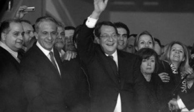 Δημοσίευμα - φωτιά: Γνώριζαν το κούρεμα και απέσυραν καταθέσεις συνεργάτες του Κύπριου προέδρου