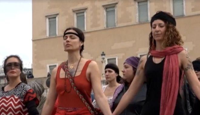 """""""Ο βιαστής είσαι εσύ"""" - Συγκέντρωση στο Σύνταγμα από την κολεκτίβα τεχνών Las Tesis"""