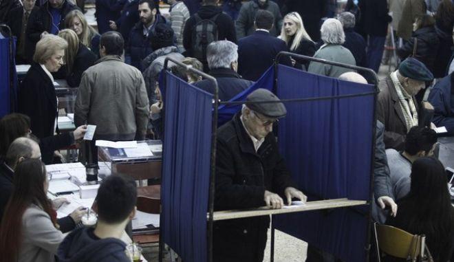 Εκλογές για την ανάδειξη νέου προέδρου στη Νέα Δημοκρατία την Κυριακή 20 Δεκεμβρίου 2015. Το στιγμιότυπο από το εκλογικό τμήμα στο 1ο Γυμνάσιο-Λύκειο Κηφισιάς. (EUROKINISSI)