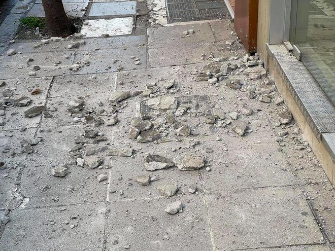 Σοβάδες έπεσαν στους δρόμους της Λάρισας μετά τον σεισμό 6 Ρίχτερ