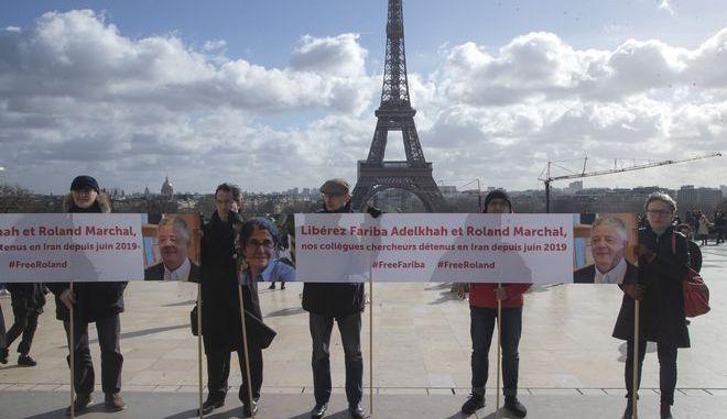 Άνθρωποι στο Παρίσι ζητούν σε διαμαρτυρία την απελευθέρωση της Fariba Adelkhah