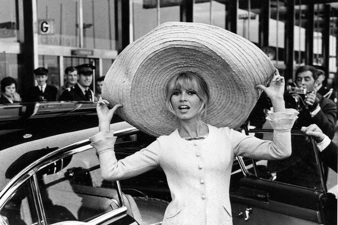 Η Μπριτζίτ Μπαρντό φτάνει στο Παρίσι μετά από ταξίδι στο Μεξικό, το 1965