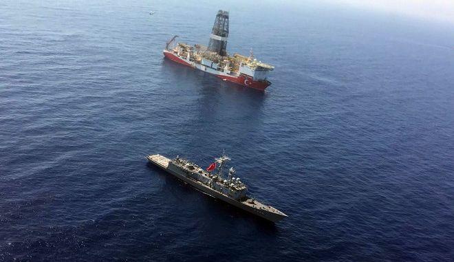 Το τουρκικό γεωτρύπανο Φατίχ με συνοδεία πολεμικού πλοίου της χώρας στην ανατολική Μεσόγειο κοντά στην Κύπρο τον Ιούλιο του 2019