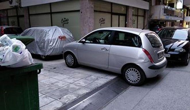 Το τερμάτισε: Αδιανόητο παρκάρισμα στη Θεσσαλονίκη
