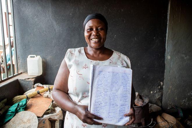 H Harriet χαμογελαστή με τα ονόματα των κοριτσιών που έχει βοηθήσει