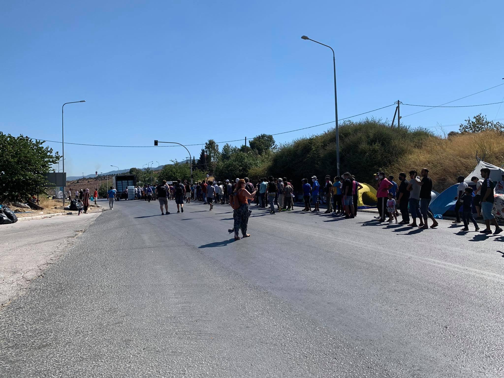 Διανομή τροφής και νερού σε πρόσφυγες και μετανάστες