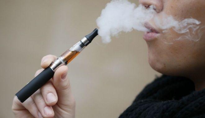 Κατά του φόρου κατανάλωσης στα ηλεκτρονικά τσιγάρα η Κομισιόν