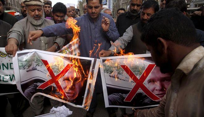 Έμποροι από το Πακιστάν καίνε τη φωτογραφία του μακελάρη της Νέας Ζηλανδίας, Μπρέντον Τάραντ